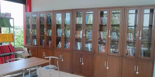 Fasilitas perpustakaan yang menampung berbagai buku